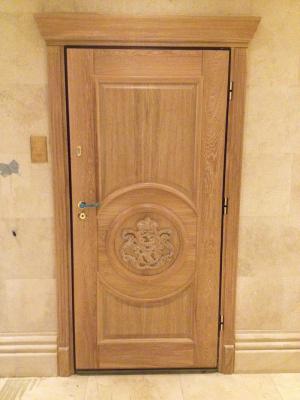 Входная дубовая дверь в коттедж