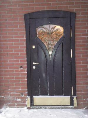 Металлическая входная дверь с зеркалом и ковкой