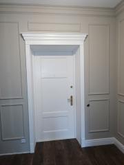 Входная белая дверь в коттедж