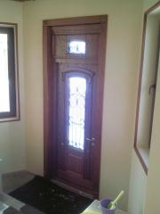 Входная дверь из дуба с ковкой и стеклом
